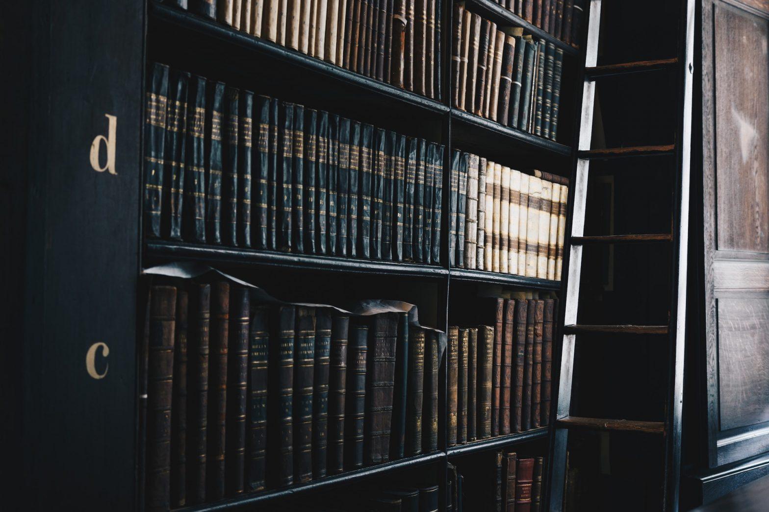 Libreria con volume antichi