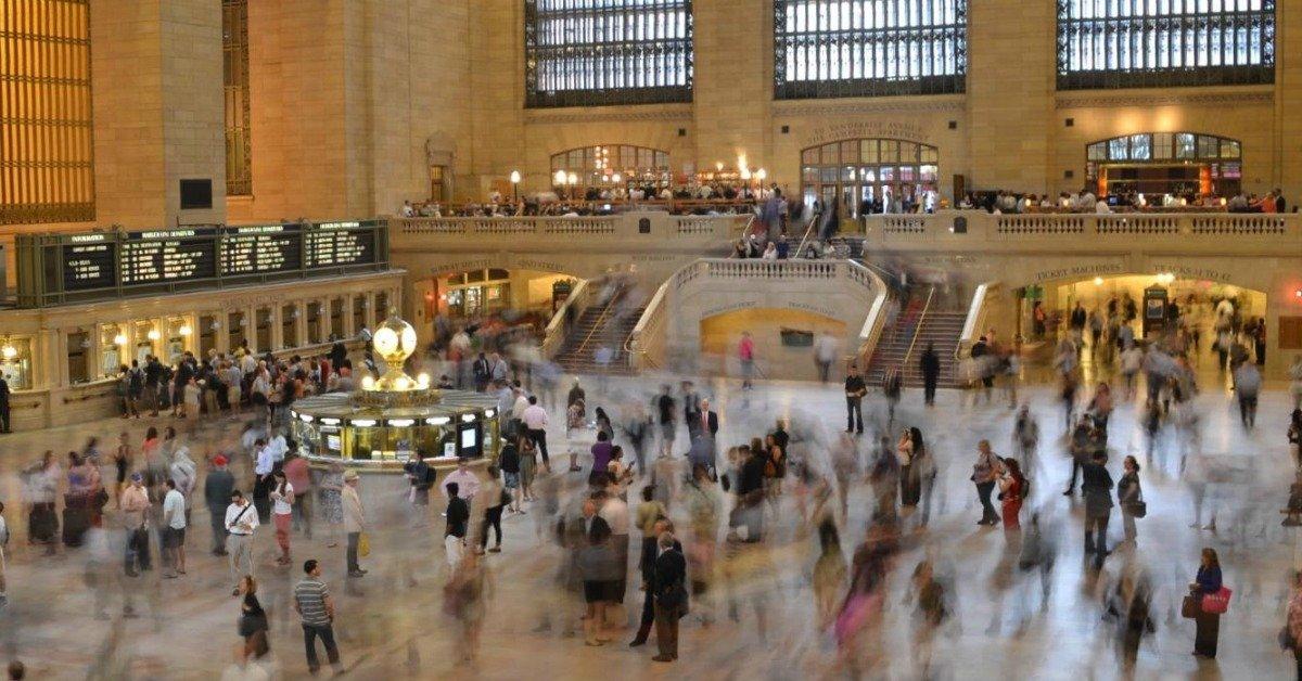 Folla alla stazione