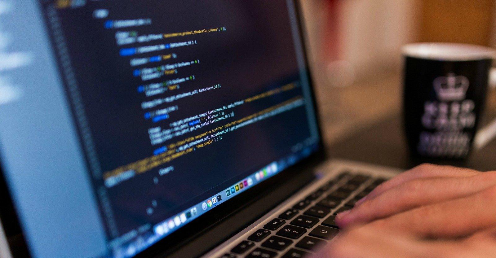 Schermo di computer con codice