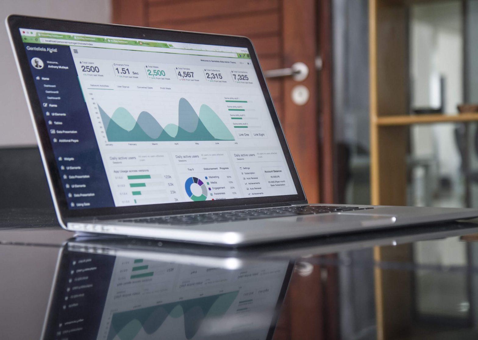 Screenshot di un laptop aperto su una pagina di statistiche