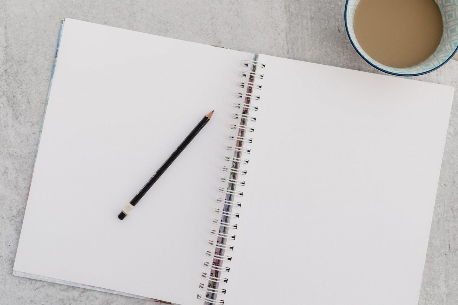 Quaderno aperto con matita