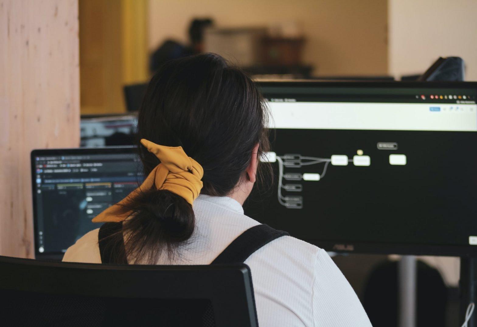 Donna di spalle di fronte a un computer
