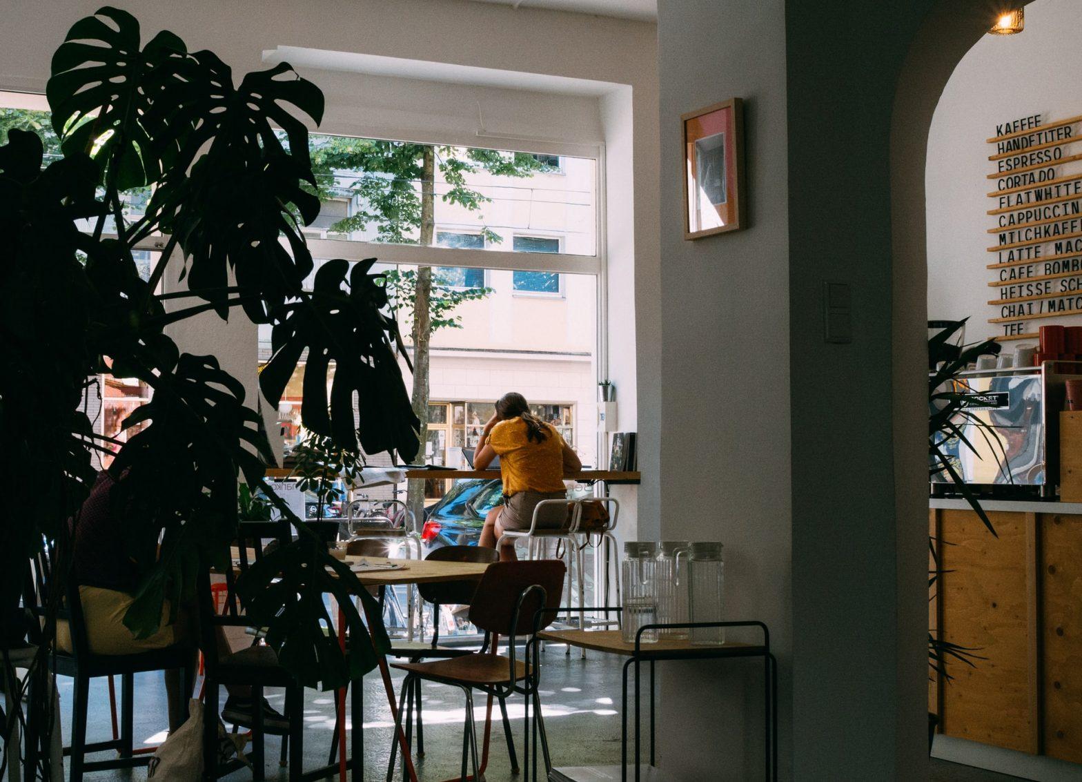 Persone al lavoro in un caffè