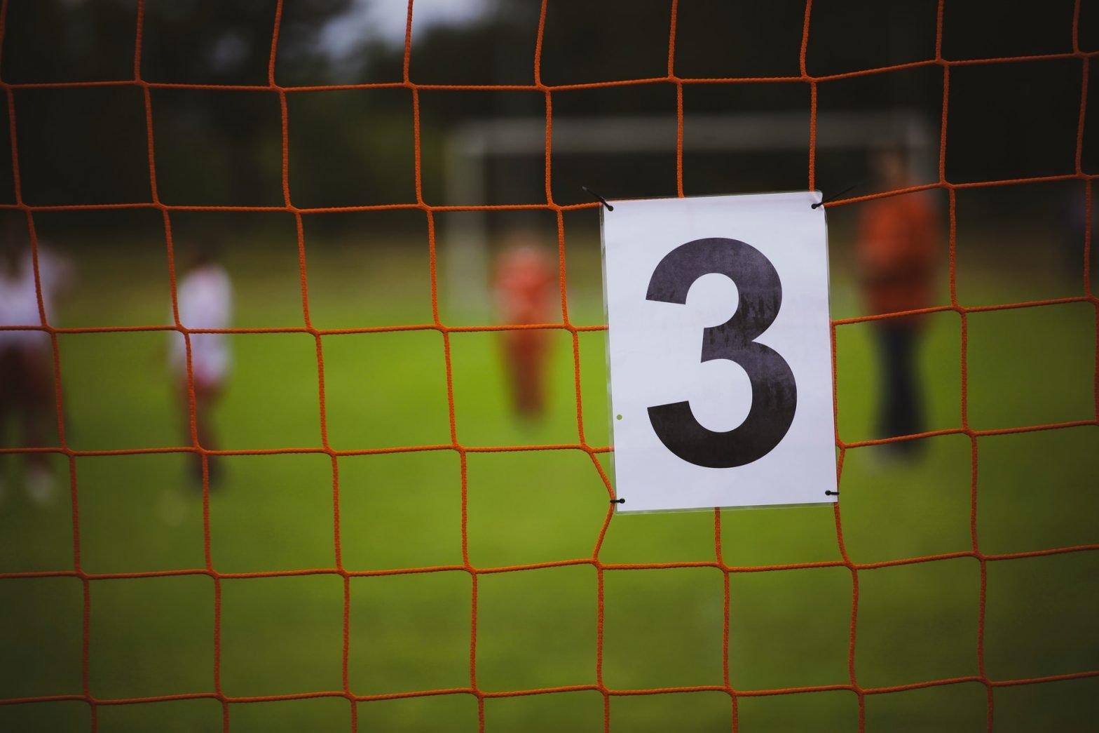 Cartellino con numero tre su una porta da calcio