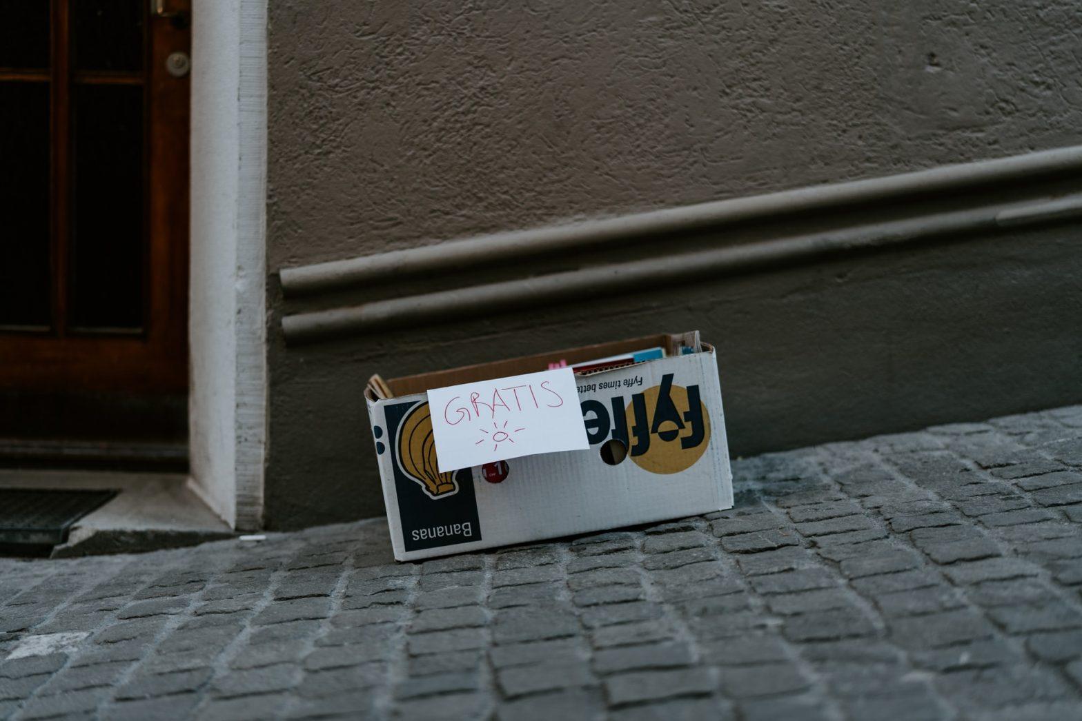 """Pila di libri da prendere per strada con scritta """"Gratis"""""""
