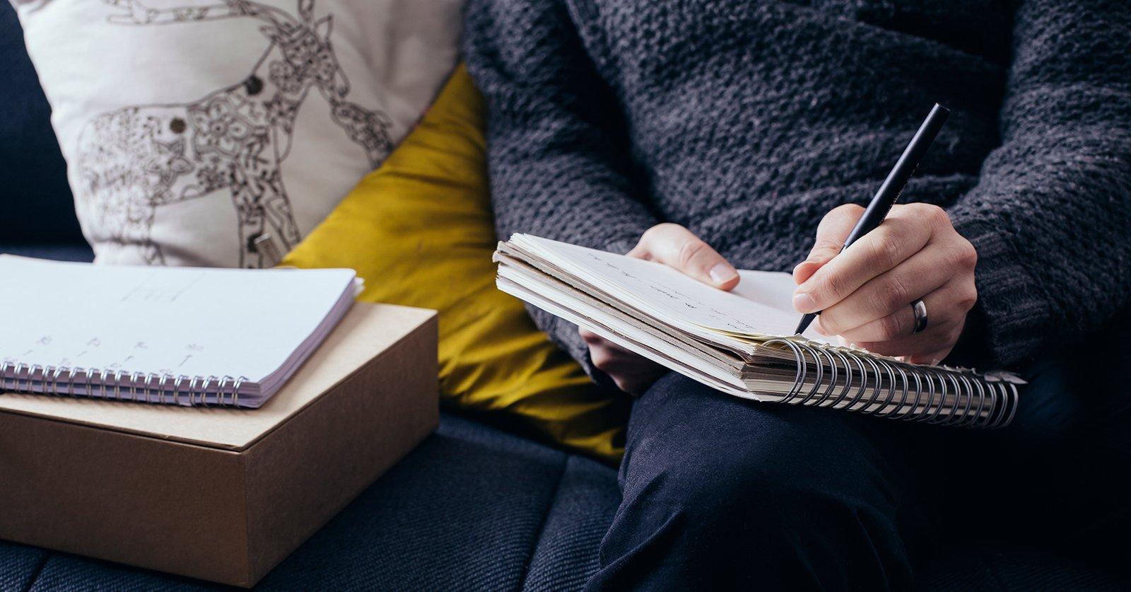 Uomo che su un quaderno.