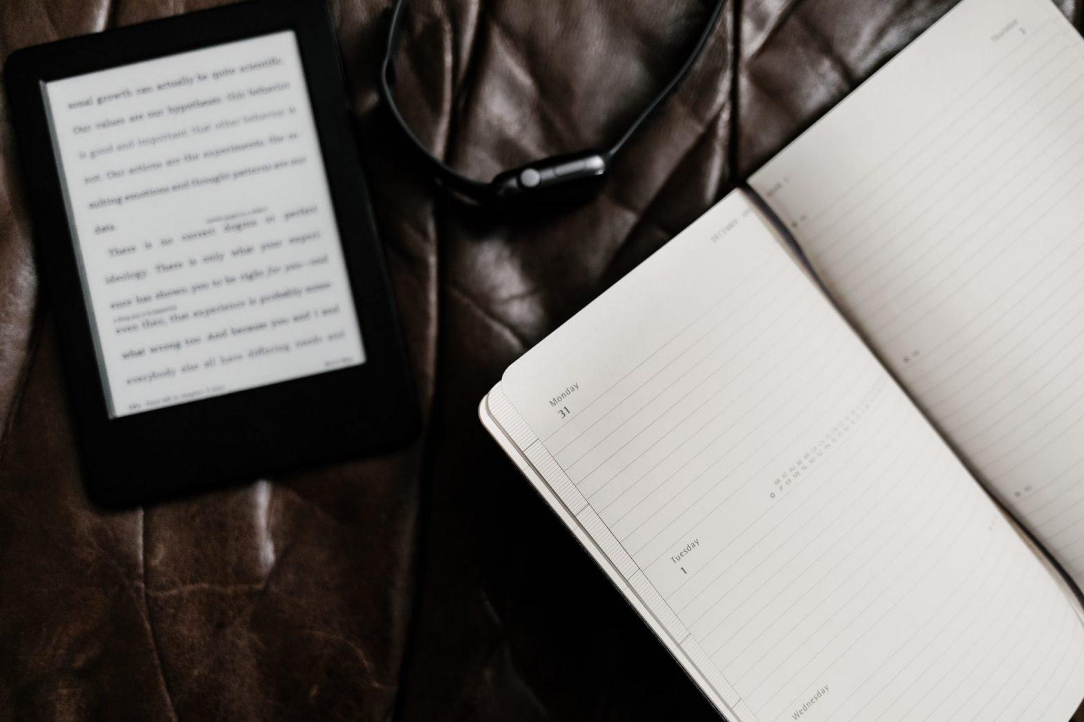 Agenda e kindle su scrivania