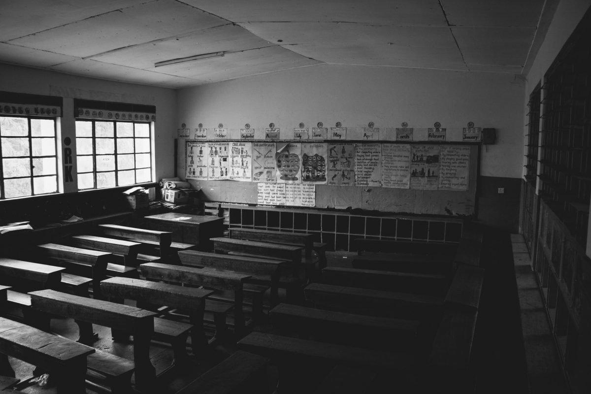 Foto di classe con banchi vuoti