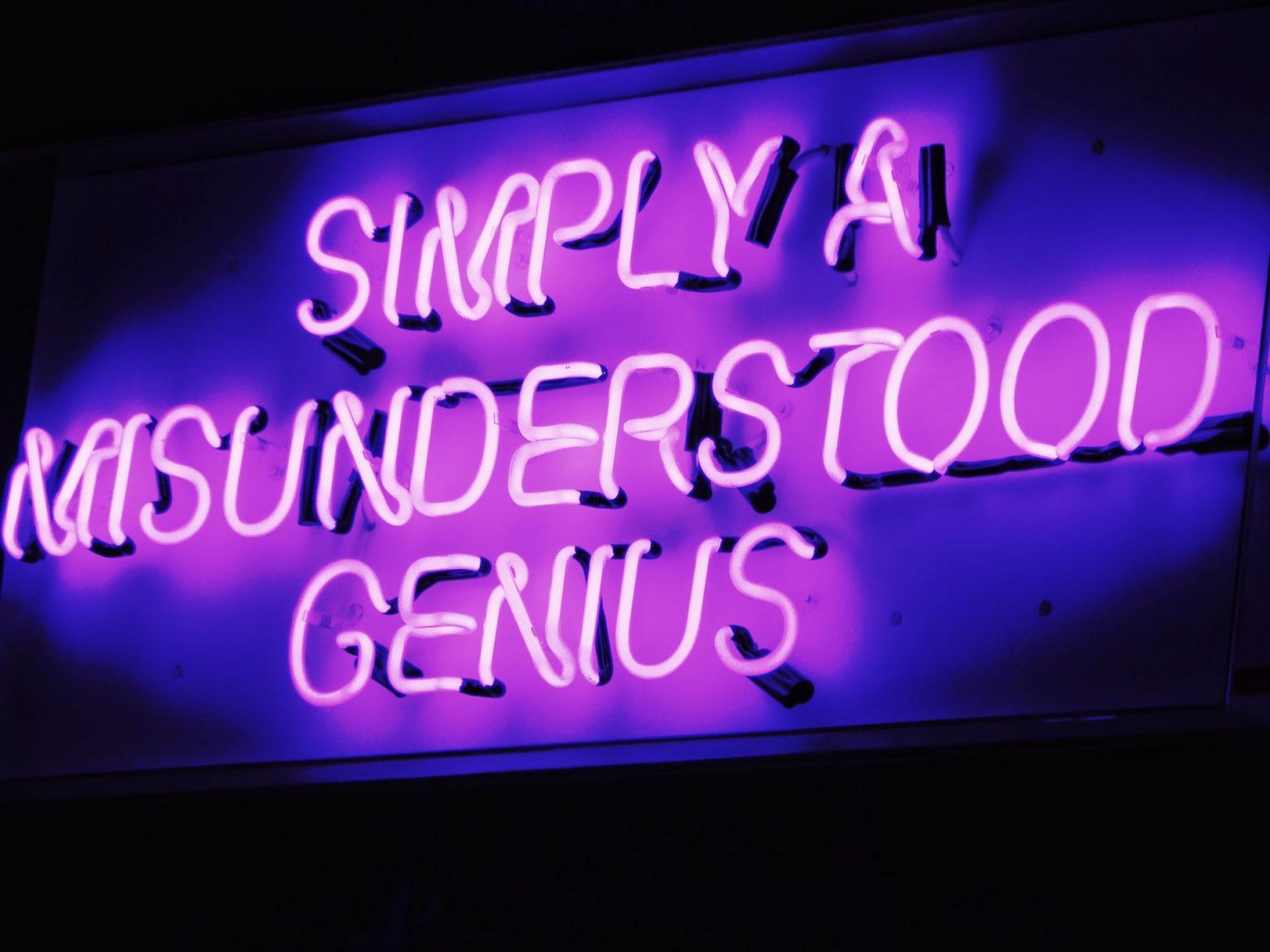 """Scritta neon """"Semplicemente un genio incompreso"""""""